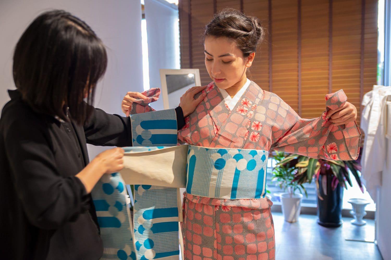 Dressing a kimono