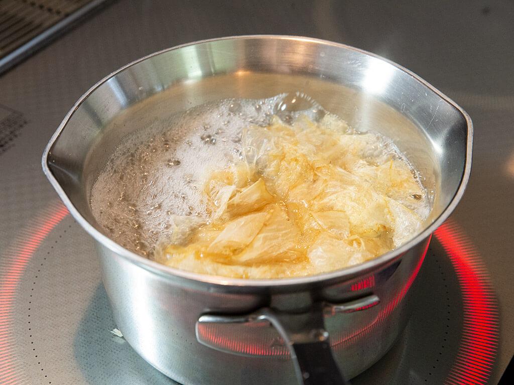 Dashi stock boiling